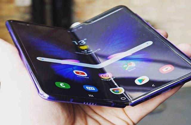 Apakah Android 11 kompatibel dengan ponsel lipat?